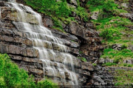 Les pissettes, fines cascades qui coulent sur la falaise dans la combe de Narreyroux