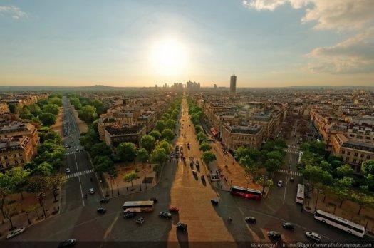 Coucher de soleil sur la Défense et l'avenue de la Grande Armée. Photo prise au grand angle depuis le toit de l'Arc de Triomphe.