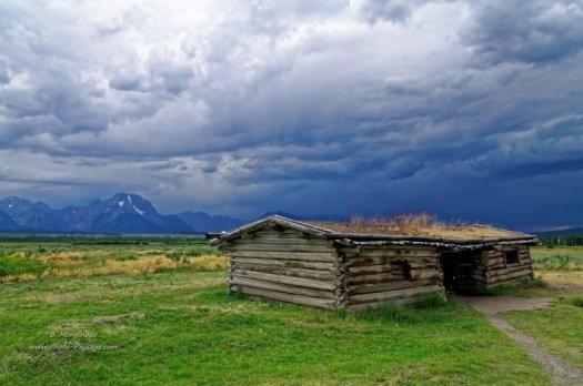 Cunningham cabin historic site, au milieu d'une prairie du parc national de Grand Teton (Wyoming, USA)