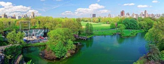 Une vue panoramique sur un Central Park verdoyant, prise depuis le Belvedere Castle. De gauche à droite : Delacorte Theater, la marre aux tortues (ou Turtle Pond) et la grande pelouse (ou Great Lawn).