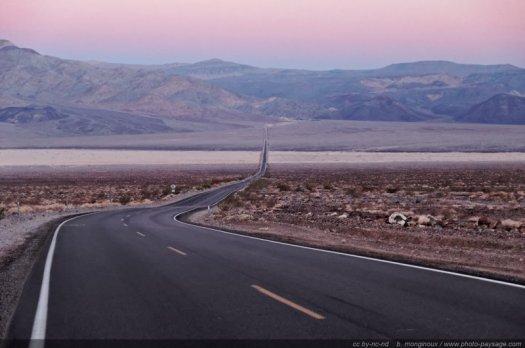 Douces lueurs de l'aube sur la Vallée de la Mort Route 190, Death Valley National Park, Californie, USA