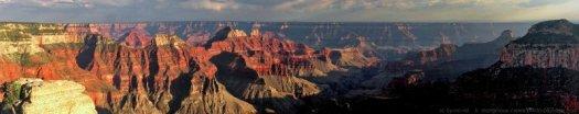 Le Grand Canyon (north rim) éclairé par le soleil couchant. Arizona, USA