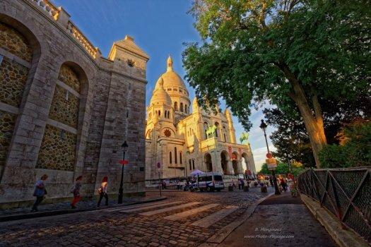 La basilique du Sacré Cœur vue depuis la rue Azais.
