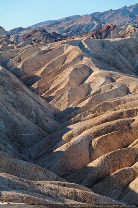 8 - la Vallée de la Mort (Death Valley), Californie et Nevada. Ce parc national est un immense désert aride, où les températures atteignent des records. Zabriskie point, représenté par la photo ci-dessus, se situe à quelques miles de Furnace creek, où on y a déjà enregistré la température record de 56,7 °C (à l'ombre !).