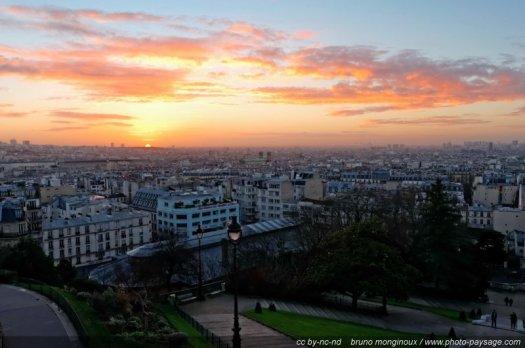 Lever de soleil au-dessus des toits de Paris, photographié depuis la butte Montmartre