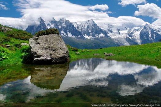 Reflets du Massif du Mont Blanc dans un lac de montagne. Photo prise sur le massif de la Flégère.