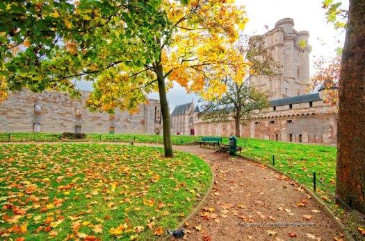 Le donjon du Château de Vincennes photographié en automne.