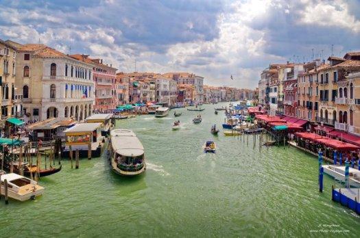 Le grand canal de Venise photographié depuis le Pont del Rialto. Venise, Italie.