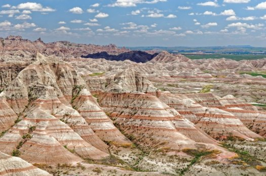 Strates géologiques multicolores dans les collines du parc national des Badlands (Dakota du Sud)