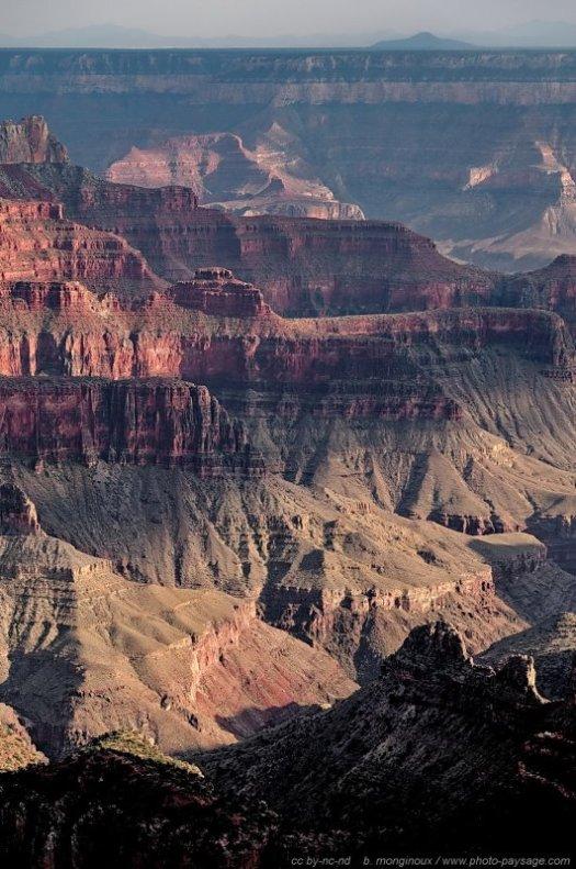 Le Grand Canyon, dans l'Arizona. Un site incontournable et spectaculaire, que vous le visitiez depuis sa rive nord (photo ci-dessus) ou sa rive sud, plus touristique. Le meilleur moment pour en profiter : le matin, ou encore mieux à l'aube, il y aura moins de monde sur les points de vue, voire personne avec de la chance. Ne vous précipitez pas sur votre appareil photo tout de suite : accordez-vous quelques minutes pour profiter de ce paysage grandiose dans le silence du petit matin.