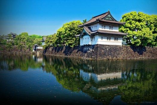 Les remparts du Palais Impérial et la tour de défense Tatsumi-yagura qui se reflètent à la surface des douves. Tokyo, Japon.