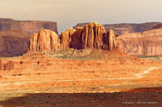 Une piste de terre au pied de la Camel Butte. Monument Valley (Navajo Tribal Park, Arizona), USA