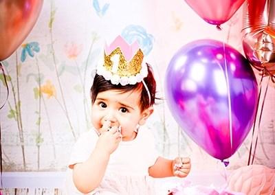 Die schönste Erinnerung an den Ersten Geburtstag. Mit einer Cake Smash Fotoparty im Studio und einer herrlichen Torte feiern die kleinen Großen im Blitzlicht und dürfen alles ausprobieren., Cake Smash Fotoparty