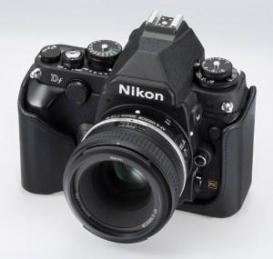 Nikon Df schwarz von vorne schraeg oben 600 x 600
