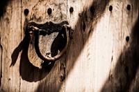 Holztuer mit Eisengriff - PHOTOGALERIE WIESBADEN - im süden - fenster und türen