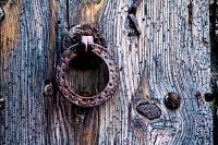 Holztuer mit rostigem Eisengriff - PHOTOGALERIE WIESBADEN - im süden - fenster und türen