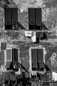 Waesche vor den Fenstern (sw) - PHOTOGALERIE WIESBADEN - im süden - fenster und türen