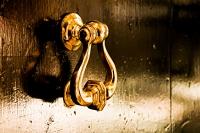 goldener Tuerklopfer - PHOTOGALERIE WIESBADEN - im süden - fenster und türen
