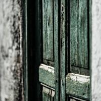 gruene Holztuer - PHOTOGALERIE WIESBADEN - im süden - fenster und türen