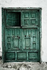 gruene Holztuer mit offenem Fenster - PHOTOGALERIE WIESBADEN - im süden - fenster und türen