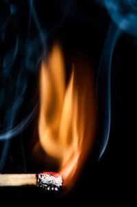 streichholz entflammt 2 - PHOTOGALERIE WIESBADEN - flamme rauch formen