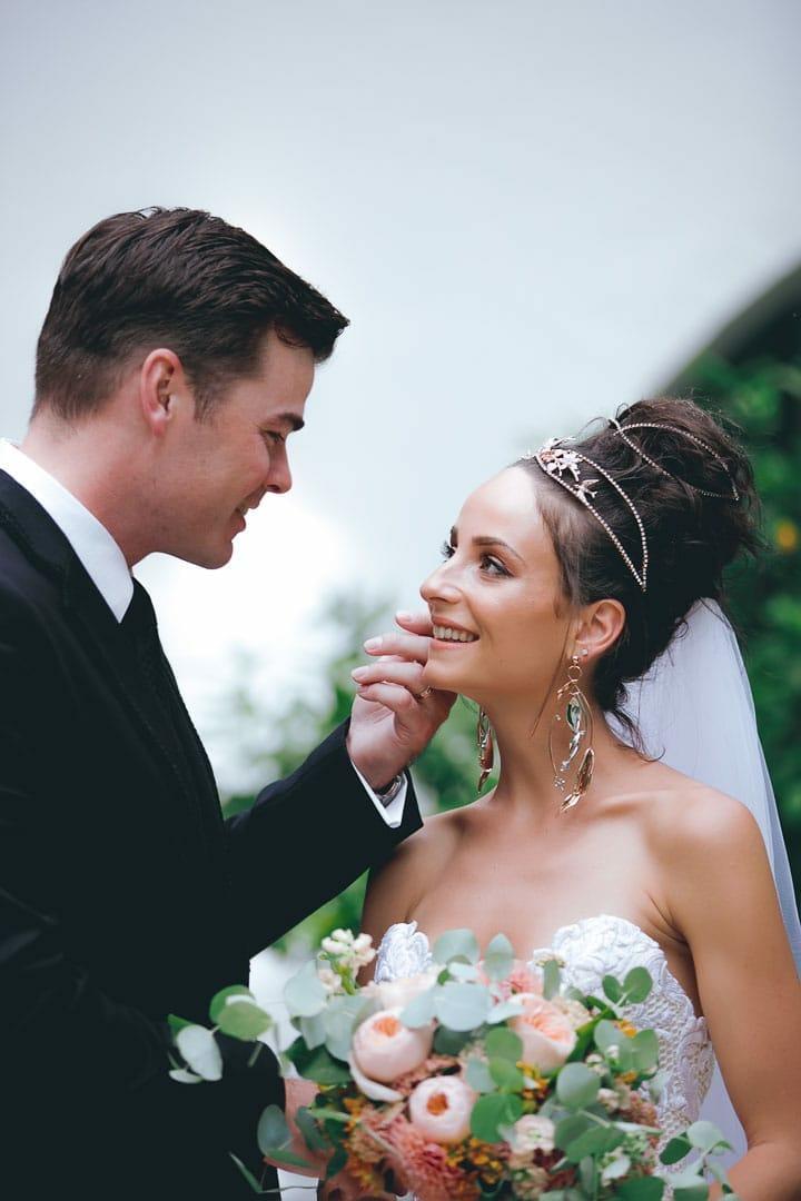 foto instantanea de momento entranable de pareja recien casados en jardin del hotel na xamena de ibiza