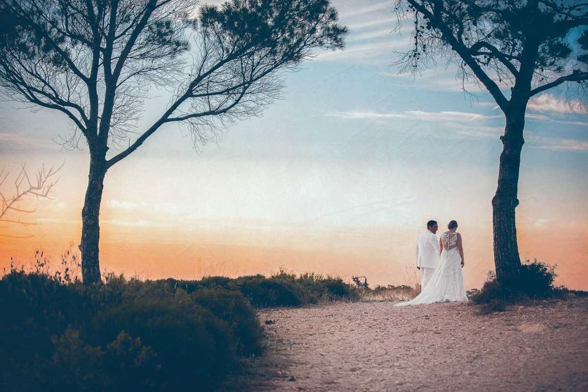 fotografia de una pareja mientras pasean en el acantilado de una de las playas de sant miguel a la hora del atardecer