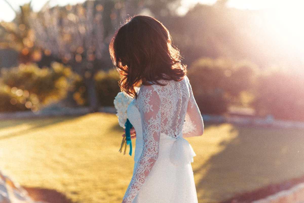 imagen de una novia caminando en el jardin de un hotel en ibiza durante los preparativos antes de la ceremonia