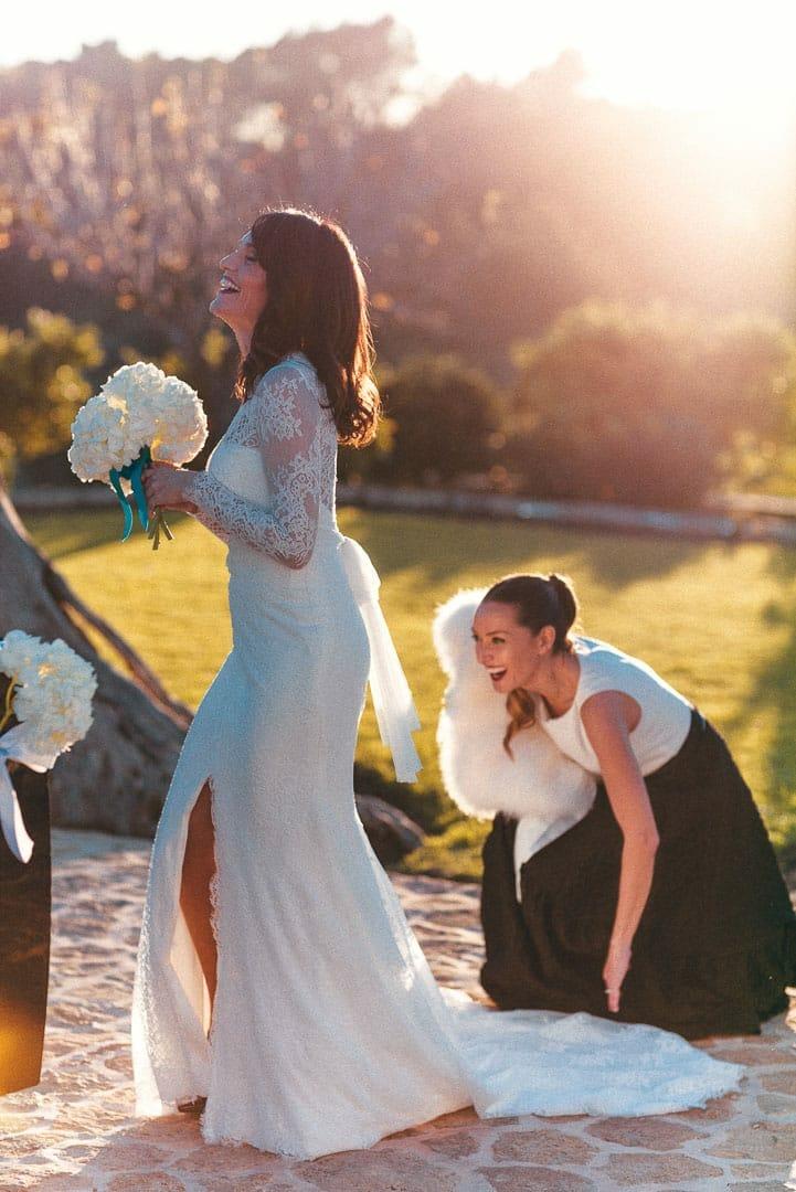 imagen de una novia con su amiga caminando en el jardin de un hotel en ibiza durante los preparativos antes de la ceremonia
