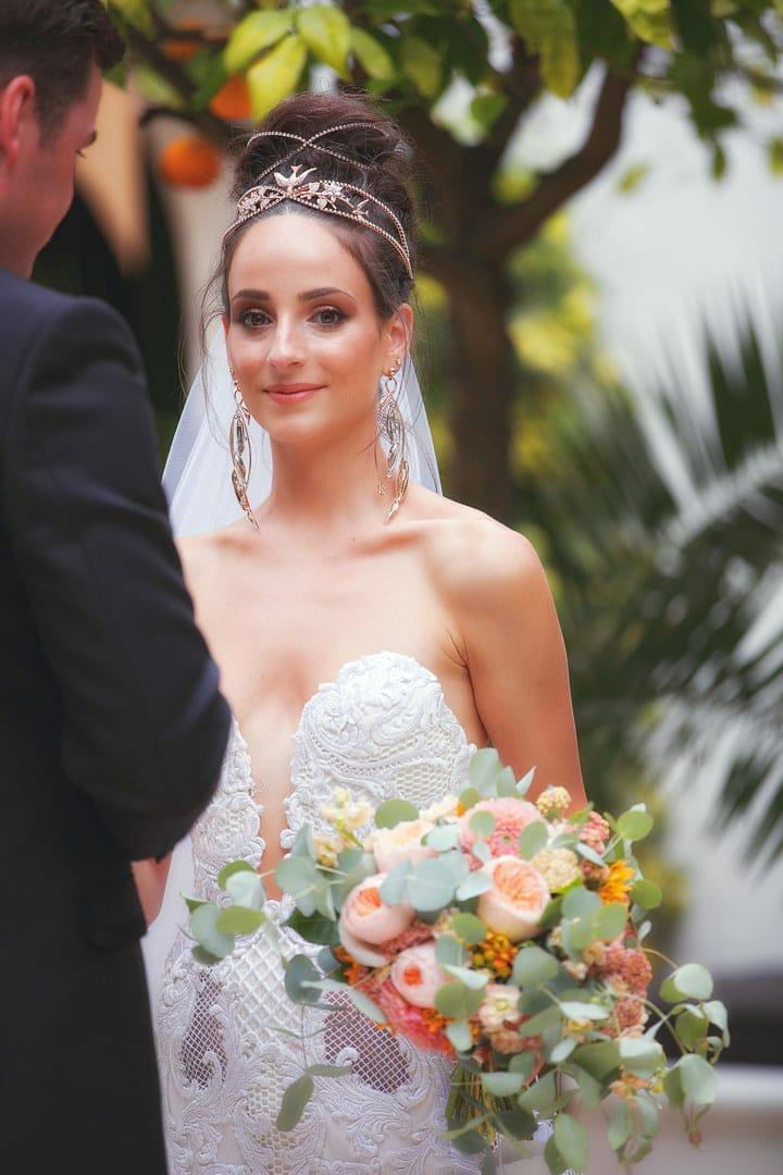 posado de novios recien casados en jardin del hotel na xamena de ibiza