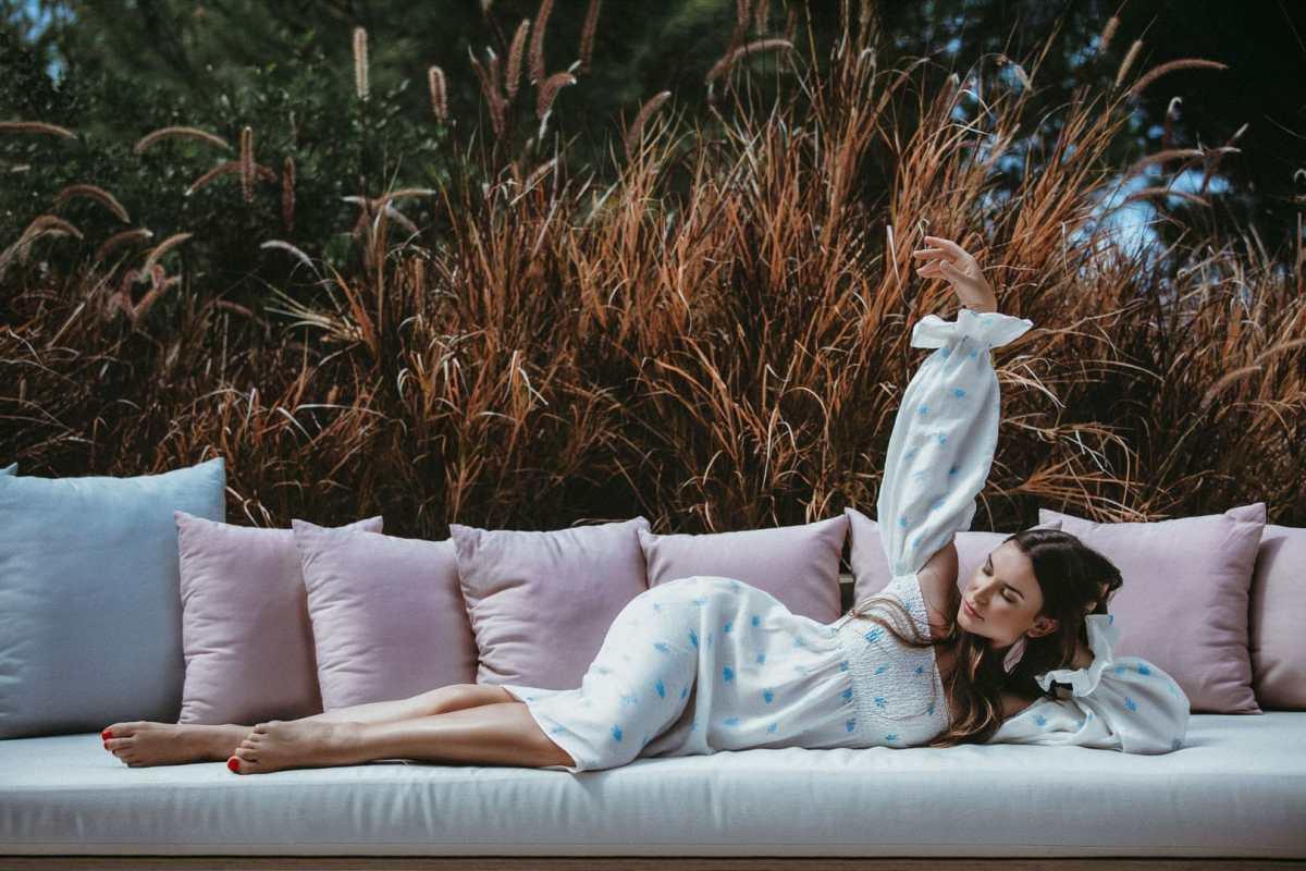 posado modelo en sofa del jardin de casa agua bea bermejo photographer ibiza professional photographer ibiza