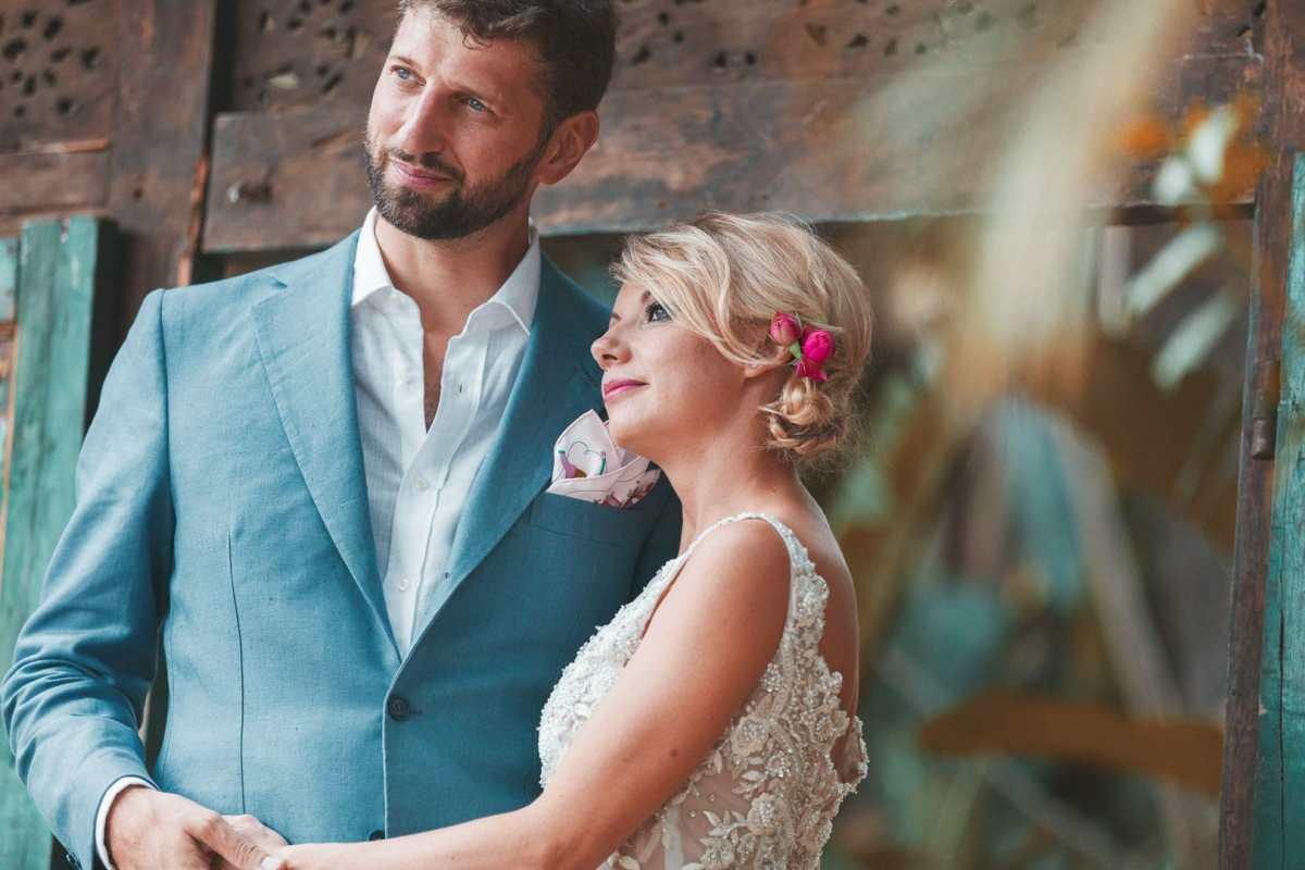 retrato fotografico de pareja recien casada posando a camara en villa privada de ibiza