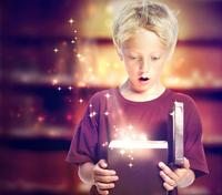 魔法の箱を開ける男の子 魔法