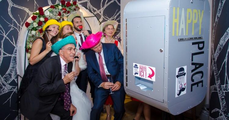 Borne photobooth avec impression à un mariage dans un restaurant