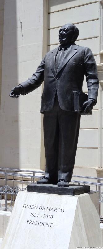 Istatwa ta 'Ex-President Guido de Marco (Valletta, Malta)