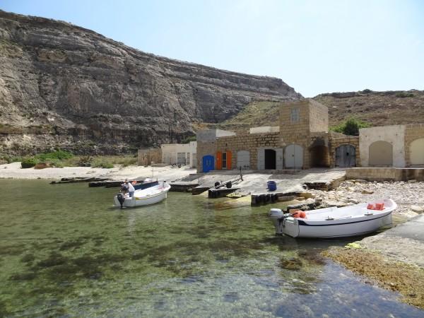 Boten en Boothuisjes in de binnenzee van Dwejra Bay (Gozo, Malta)