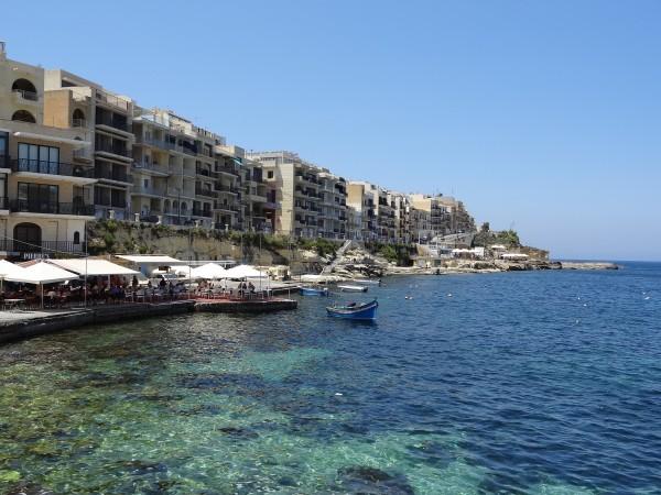 Terrazas en la bahía de Marsalforn (Gozo, Malta)