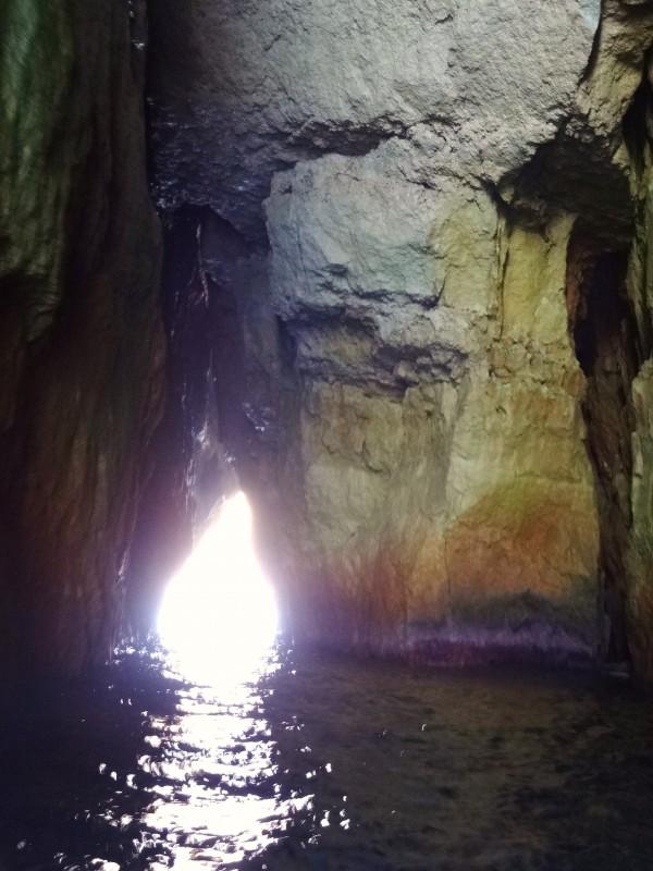 שיט דרך המנהרה במפרץ Dwejra (גוזו, מלטה)