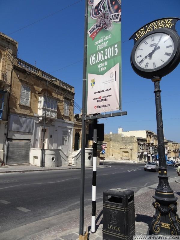 Старая улица часы и урна в Виктории, Гозо, Мальта