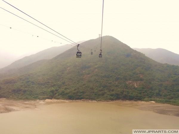 Voyager avec le téléphérique Ngong Ping 360 pour les hauts sommets de l'île de Lantau, Hong Kong