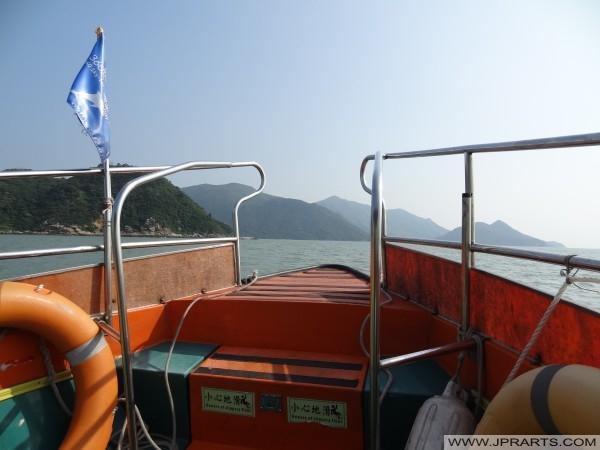 Hermosa vista de la costa de Hong Kong durante el viaje en barco
