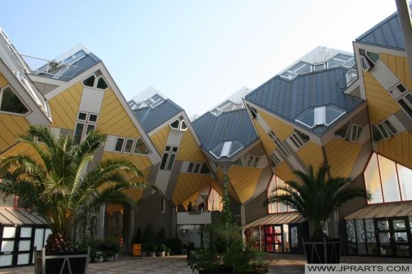 Casas cubo de Rotterdam (Países Bajos) se encuentran en la calle Overblaak. Hay 38 cubos pequeños y dos de las llamadas 'Grandes Cubos', todos unidos el uno al otro