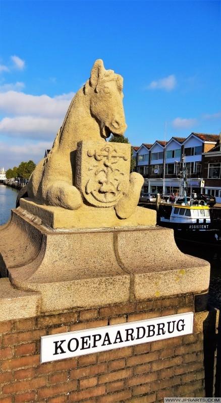 Estatua de un caballo en la Koepaardbrug en Maassluis, Países Bajos