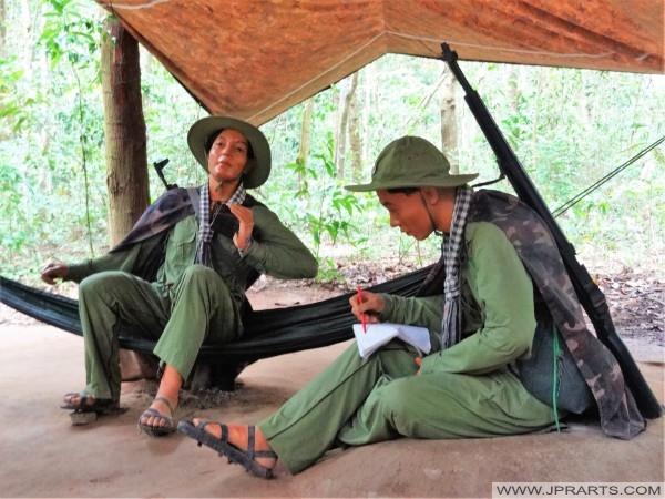 Poupées armés Viet Cong assis dans un camp de jungle (Củ Chi Tunnel, Ben Dinh, Vietnam)