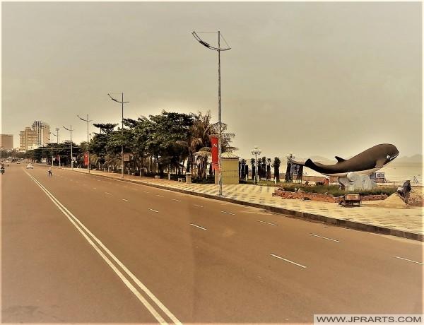 Thùy Vân carretera y estatua de ballenas a lo largo de Bãi Sau (Back Beach)