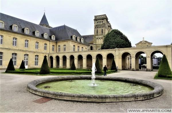 Portique et pavillons d'entrée de l'Hôtel-Dieu de l'Abbaye aux Dames (Caen, France)