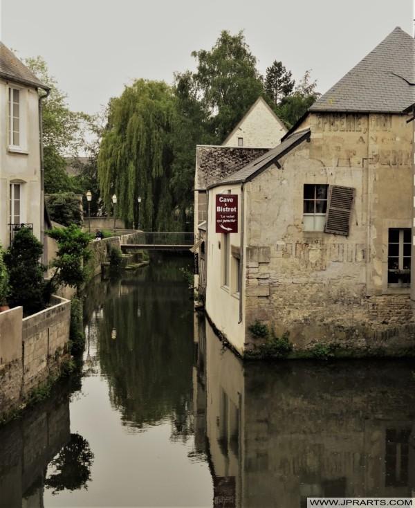 Cave - Bistrot Le Volet Qui Penche à Bayeux, France