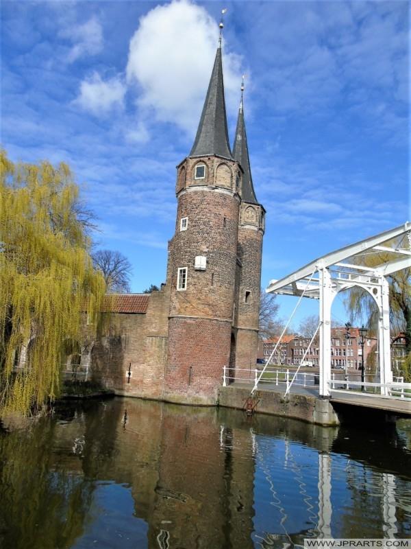 Kleine Oostpoortbrug bij de Oostpoort in Delft, Nederland