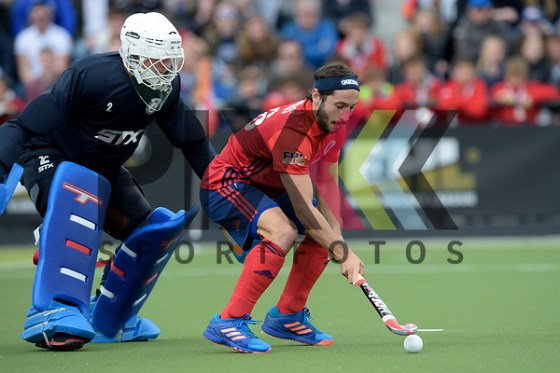 NED - Eindhoven, Netherlands, April 17: During the Euro Hockey League KO8 men hockey match between Wimbledon (white) and Mannheimer HC (red) on April 17, 2017 at HC Oranje Rood in Eindhoven, Netherlands. Final score 5-3 SO (HT 1-2, 2-2). Guido Barreiros #26 of Mannheimer HC, James (GK) BAILEY #2 of Wimbledon beim Spiel Wimbledon - Mannheimer HC. Foto © PIX-Sportfotos *** Foto ist honorarpflichtig! *** Auf Anfrage in hoeherer Qualitaet/Aufloesung. Belegexemplar erbeten. Veroeffentlichung ausschliesslich fuer journalistisch-publizistische Zwecke. For editorial use only. (PIX-Sportfotos /Dirk Markgraf)