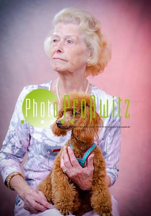 Aus der Portraitreihe Dame mit Pudel. Erinnerungsfoto mit Weitblick., Dame mit Pudel